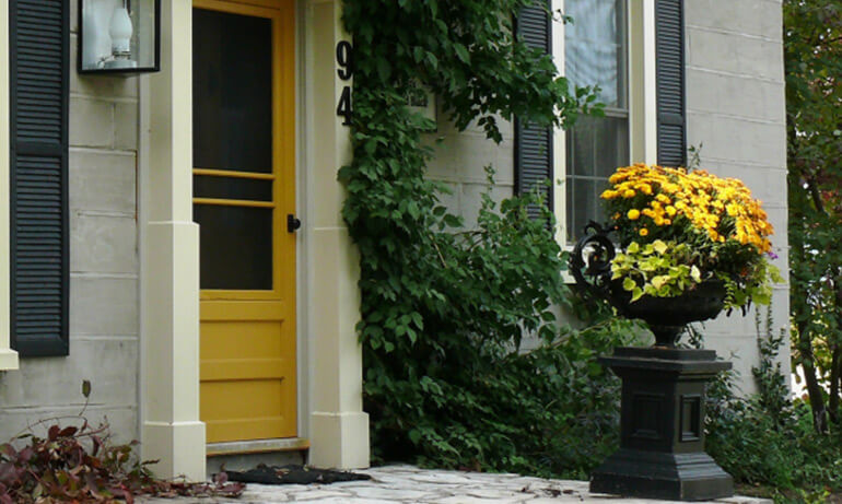 Повторение цвета двери и клумбы перед домом