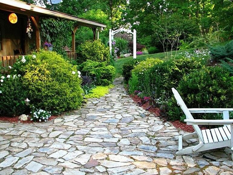 Садовая дорожка и красивые кустарники дополняют друг друга
