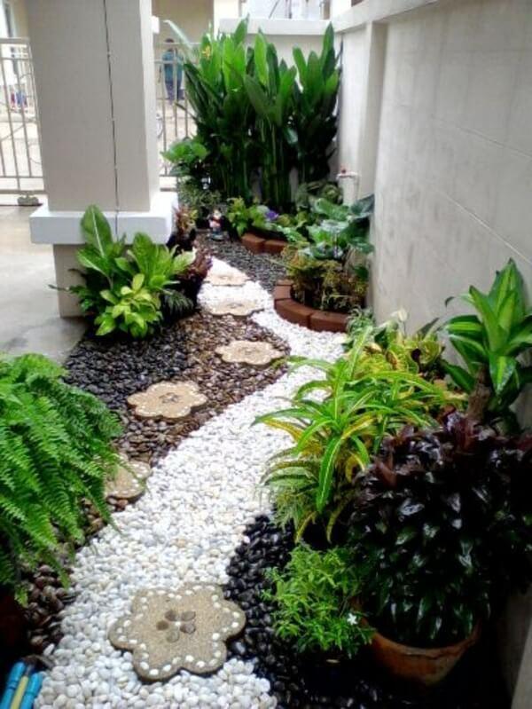 Садовый декор с гравием и каменными цветами