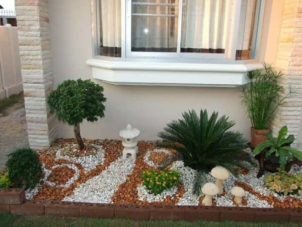 Садовый декор с разноцветными камнями