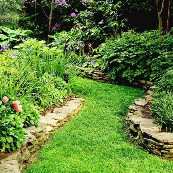 Окружите изогнутую тропинку натуральными каменными плитами