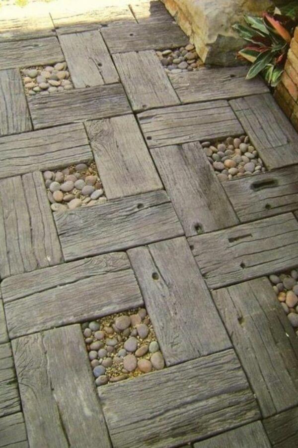 Дизайн сада с деревянными панелями и галькой
