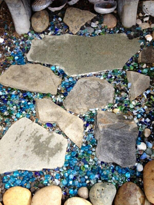сад камней со стеклянными камнями и большими каменными плитами