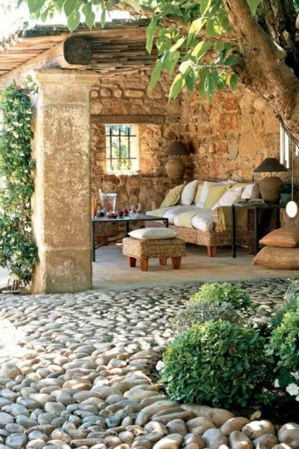 Каменный сад с плетеной мебелью