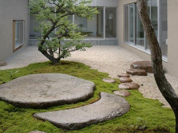 Скала в центре каменного сада