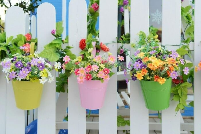 Украсьте садовую ограду цветными вазонами