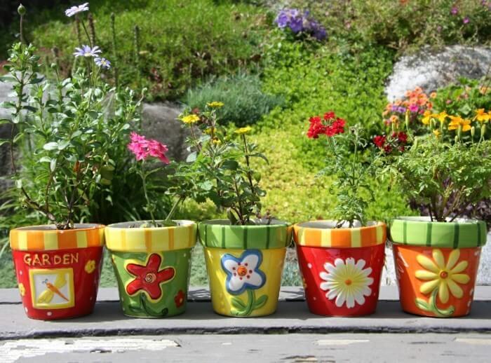 Сами цветочные горшки могут быть классным украшением сада