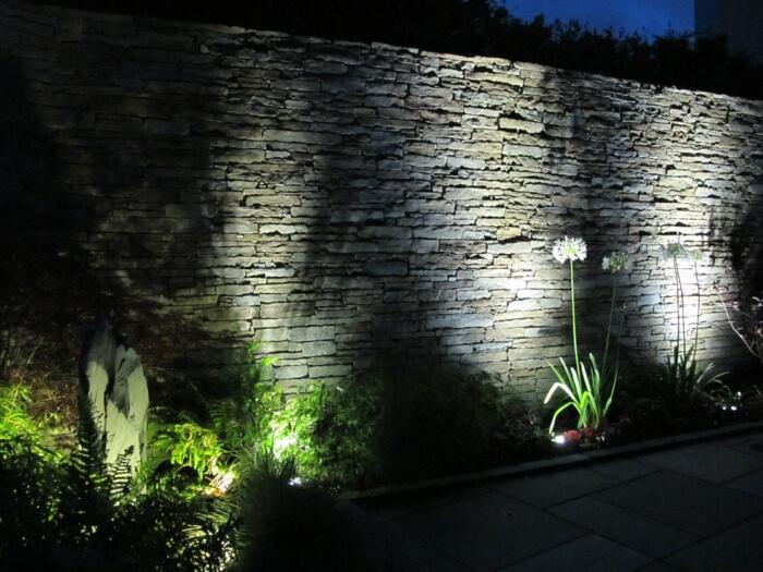 Очень оригинальны также подсветка стен или элементов из камня