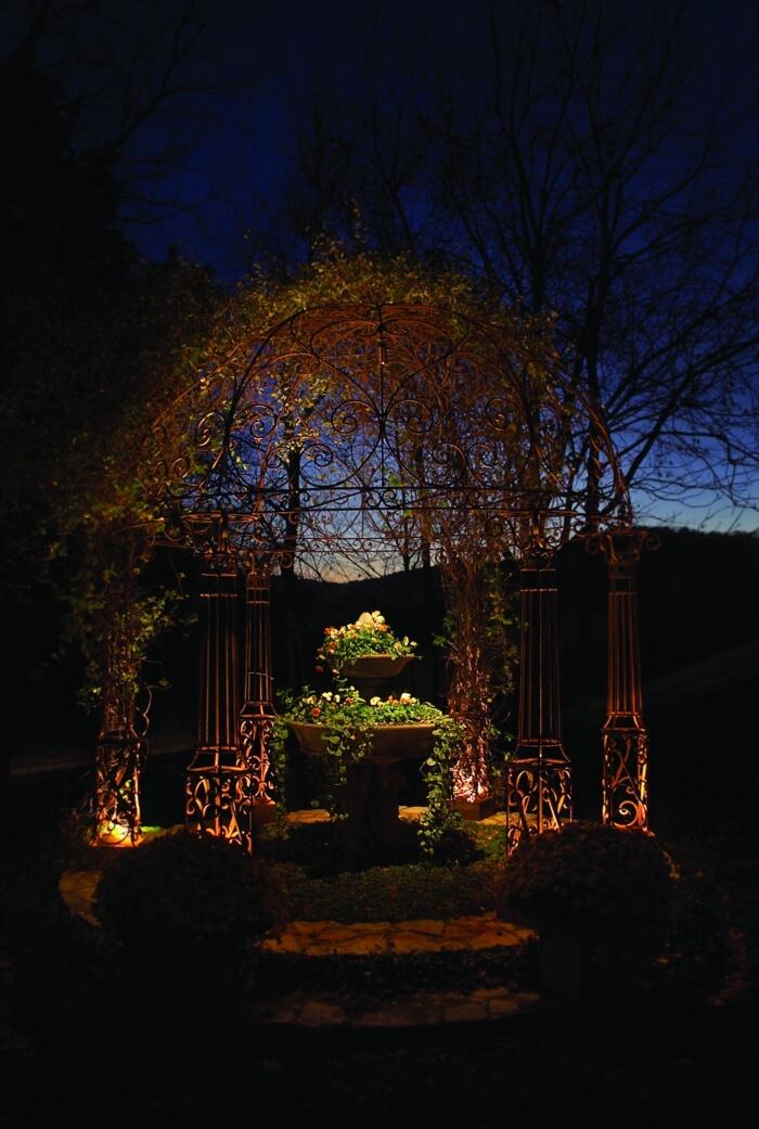 Подсветка колонн в саду