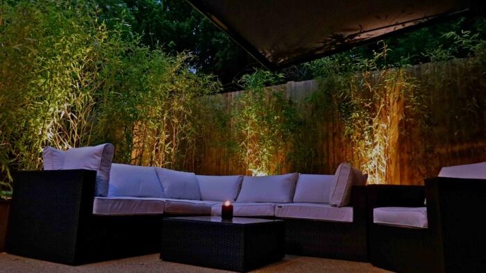 Ненавязчивый свет за мебелью создает неповторимую атмосферу