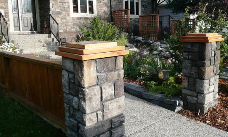 Каменные столбы эхом отзываются с каменным домом