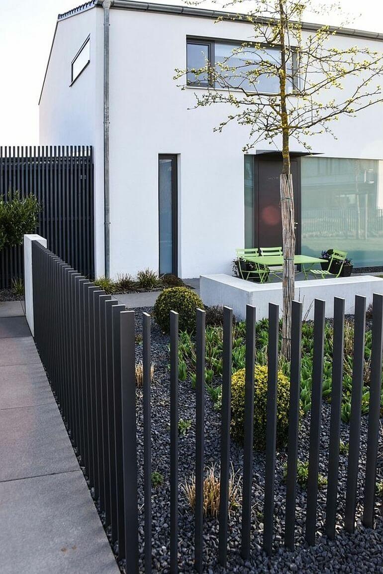 Забор из металических платин или решетки