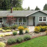 Улучшаем передний двор загородного дома
