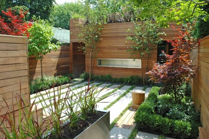 Минималистский дизайн сада с различными видами растений