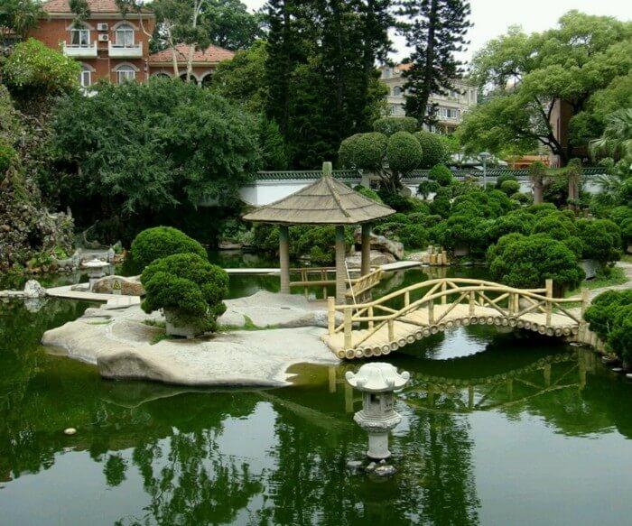 Японский сад излучает гармонию