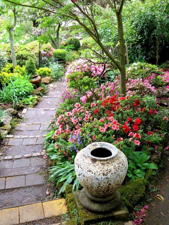 Садовая дорожка из природного камня – это замечательно