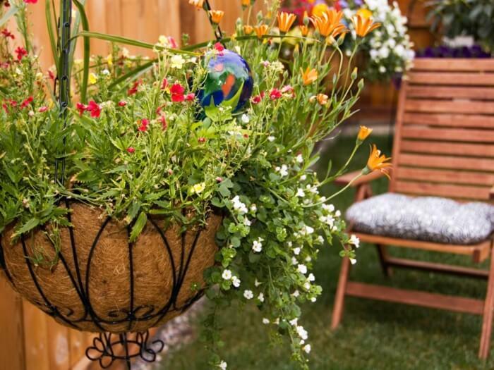 Подвесные цветы отлично впишутся в любой сад