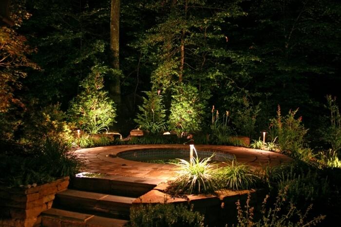 Вода и камень усиливают эффект светового дизайна