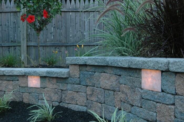 Светодиодное светильники в стене в саду