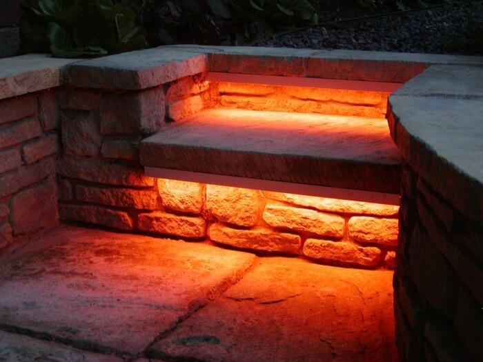 Светодиодное освещение каменной садовой скамьи