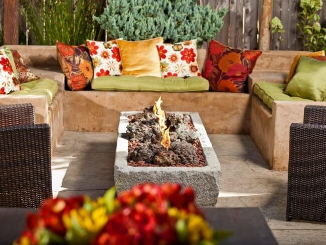 Дизайн камина в саду
