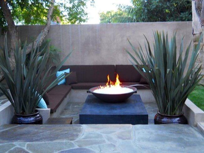 Привлекательный дизайн камина в саду из огнестойких материалов
