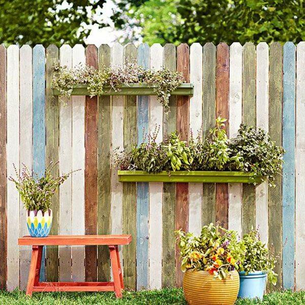 Можно прикрепить цветы к ограждению сада фото
