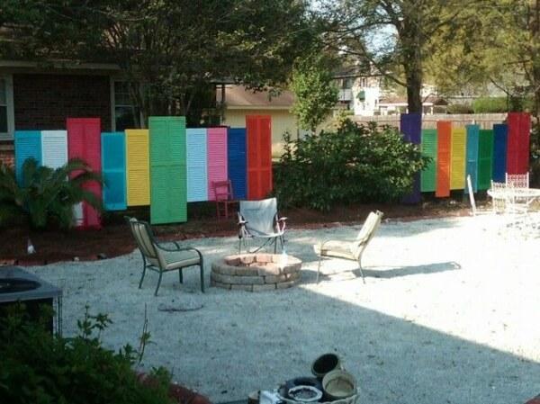 Превратите красочные оконные ставни в креативный садовый забор