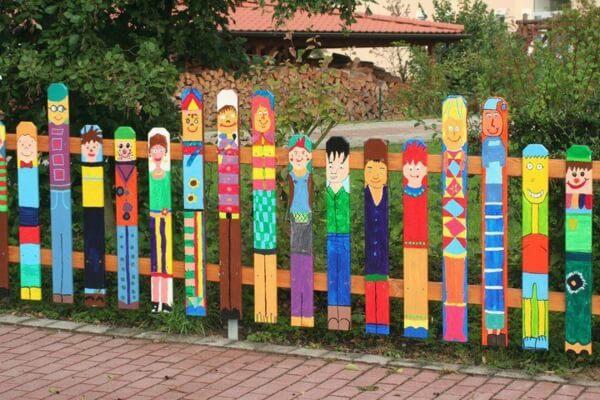 Покрасьте деревянный забор с фантазией