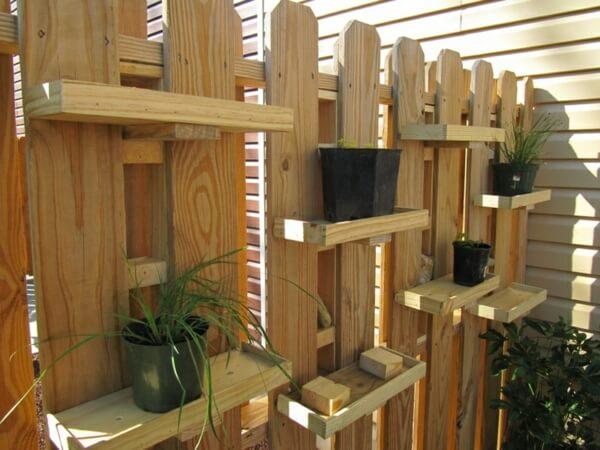 Деревянный забор с местом для хранения вазонов