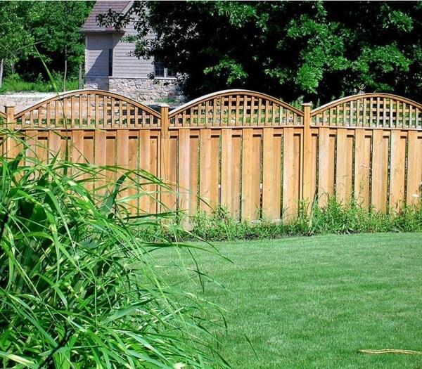 Еще один пример простого и красивого деревянного забора